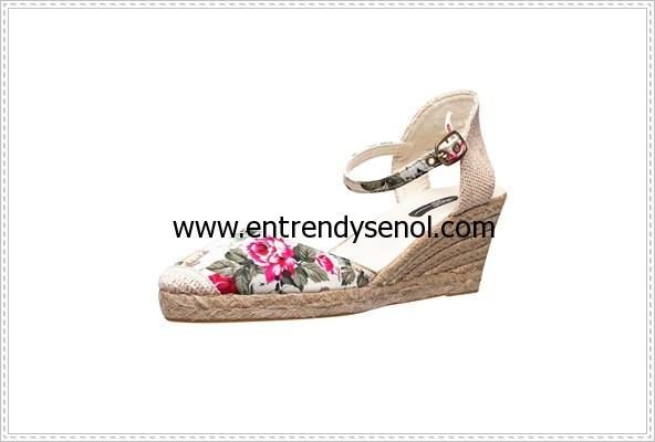bu yılın çiçek desenli sandalet ayakkabı modası en trend dolgu topuklu ayakkabı modelleri 119.94 TL